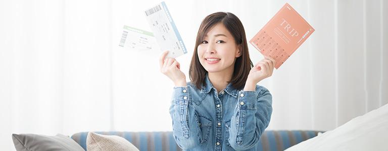 女性と航空券